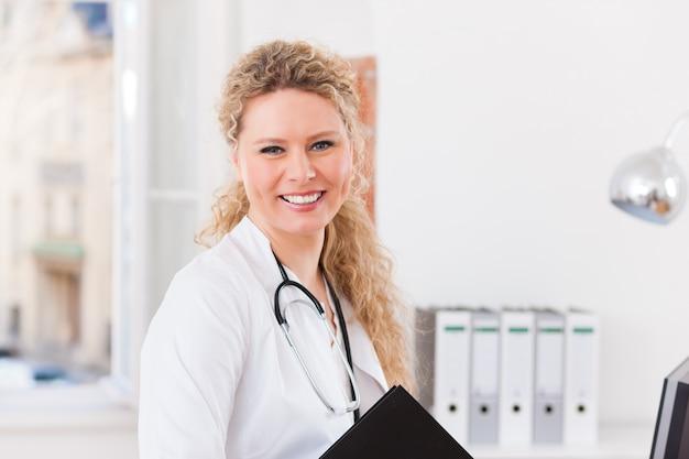 Ritratto di giovane dottoressa in clinica con archivio Foto Premium