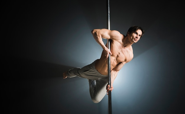 Ritratto di giovane maschio modello pole dancing Foto Gratuite