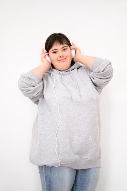 Ritratto di giovane ragazza ascoltando musica Foto Gratuite