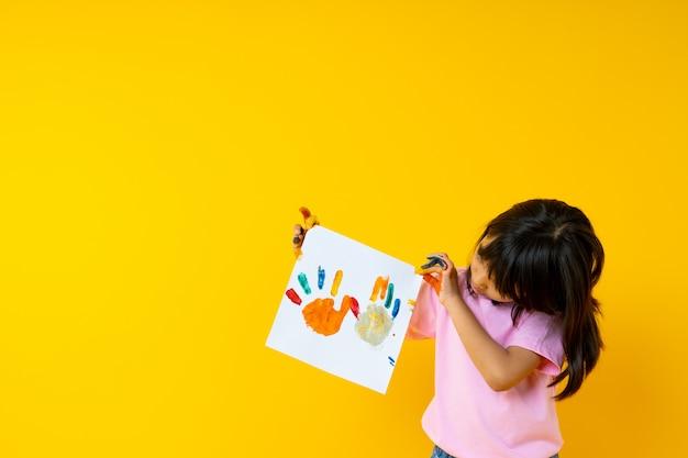 Ritratto di giovane ragazza asiatica con arte, carta tailandese della pittura di manifestazione del bambino da colore di acqua con la palma e creatività del concetto dei bambini Foto Premium