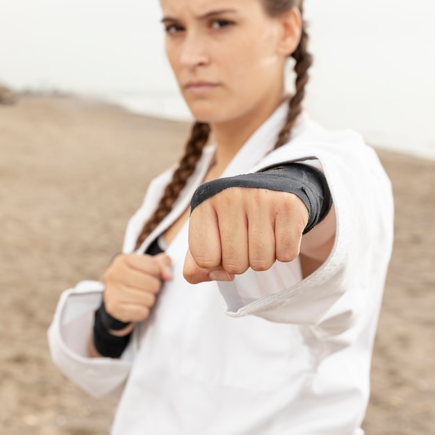 Ritratto di giovane ragazza karate training Foto Gratuite