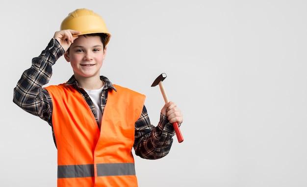 Ritratto di giovane ragazzo vestito come muratore Foto Gratuite
