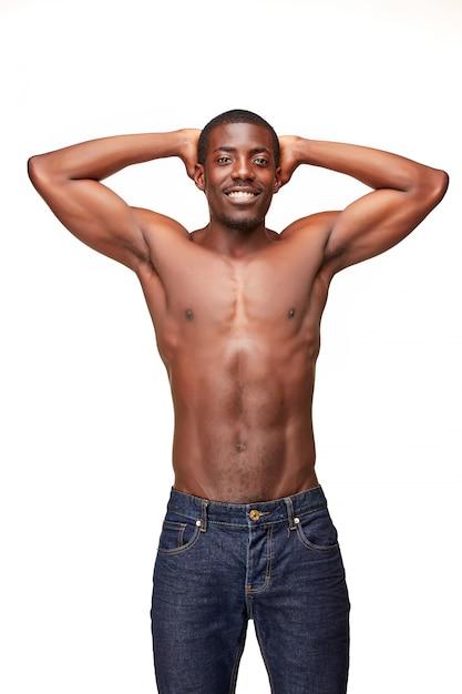 Ritratto di giovane uomo sorridente nero africano bello Foto Gratuite