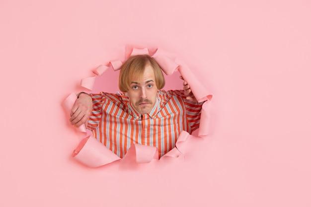 Ritratto di giovane uomo su rosa strappato sfondo sfondato Foto Gratuite