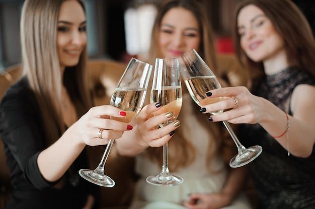 Ritratto di giovani amici felici che toccano gli occhiali Foto Premium