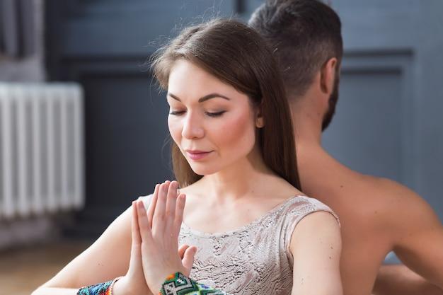 Ritratto di giovani coppie che meditano insieme Foto Premium