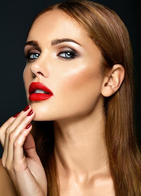 Ritratto di glamour sensuale di bella donna modello donna con il colore delle labbra rosse e viso pulito pelle sana Foto Gratuite
