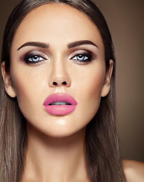 Ritratto di glamour sensuale di bella donna modello donna con il trucco quotidiano fresco con il colore delle labbra rosa e viso pulito pelle sana Foto Gratuite