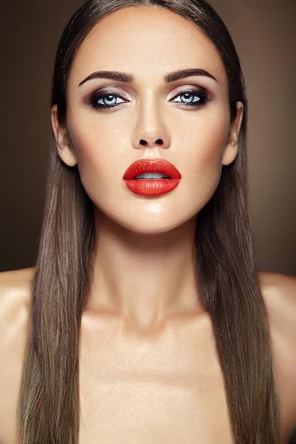 Ritratto di glamour sensuale di bella donna modello donna con il trucco quotidiano fresco con il colore delle labbra rosse e il viso pulito e sano della pelle Foto Gratuite