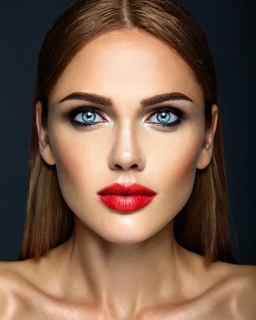 Ritratto di glamour sensuale di bella donna modello donna con il trucco quotidiano fresco Foto Gratuite