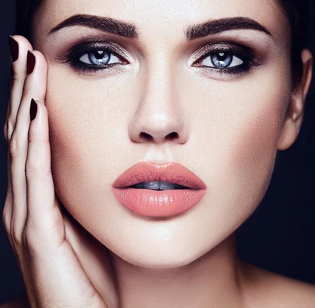 Ritratto di glamour sensuale di donna modello bella donna con il colore delle labbra nude e viso pulito pelle sana Foto Gratuite