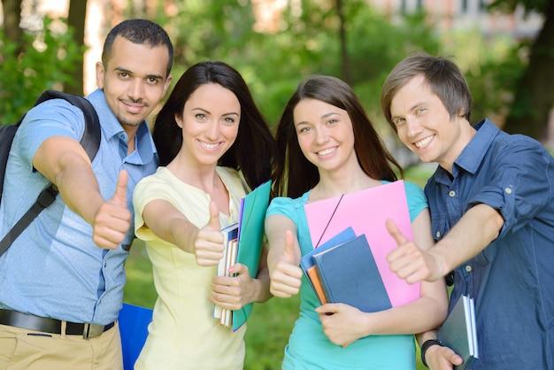 Ritratto di gruppo di quattro studenti allegri sorridenti. Foto Premium