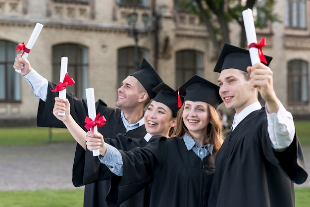 Ritratto di gruppo di studenti che celebrano la loro laurea Foto Gratuite