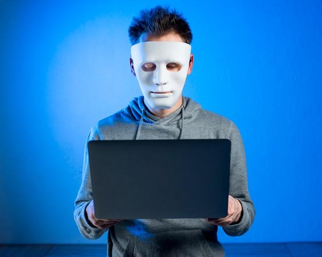Ritratto di hacker con maschera Foto Gratuite
