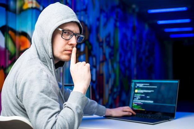 Ritratto di hacker Foto Gratuite