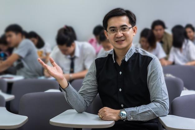 Ritratto di insegnante asiatico in classe, concetto di educazione universitaria Foto Premium