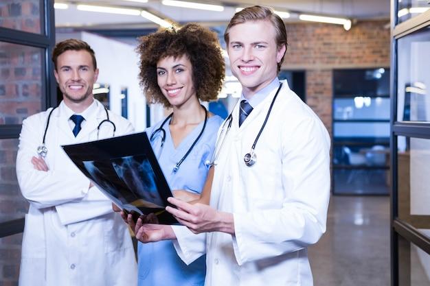 Ritratto di medici con il rapporto dei raggi x in ospedale Foto Premium