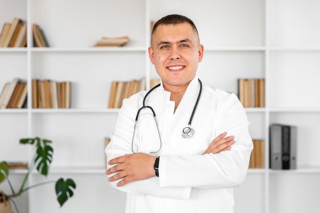 Ritratto di medico sorridente con le mani incrociate Foto Gratuite