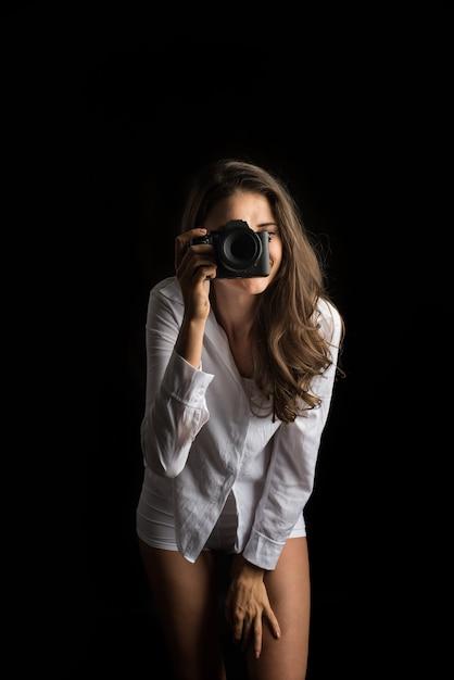 Ritratto di moda del fotografo di giovane donna con fotocamera Foto Gratuite