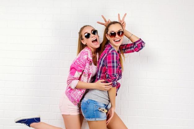 Ritratto di moda di una posa di due amici. stile di vita moderno Foto Premium