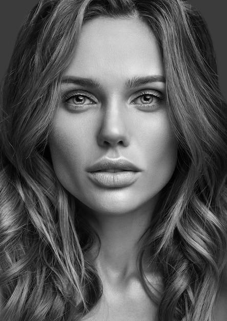 Ritratto di modo di bellezza di giovane modello biondo della donna con trucco naturale e la posa perfetta della pelle Foto Gratuite