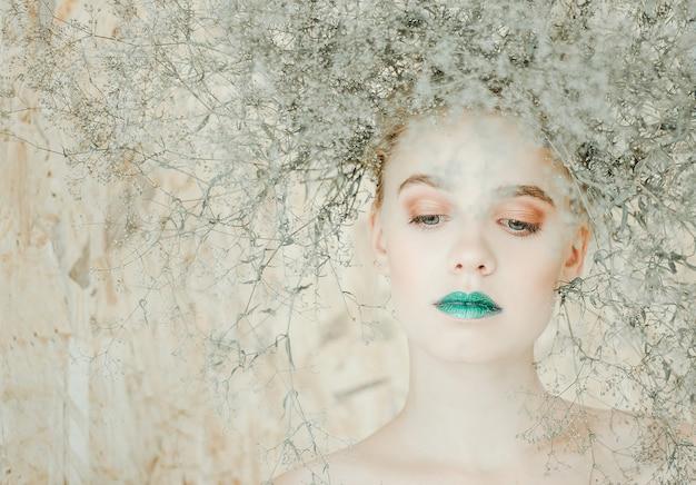 Ritratto di modo di giovane donna bionda bella ragazza con le labbra verdi. concetto madre natura Foto Premium