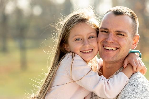 Ritratto di padre e figlia guardando fotografo Foto Gratuite