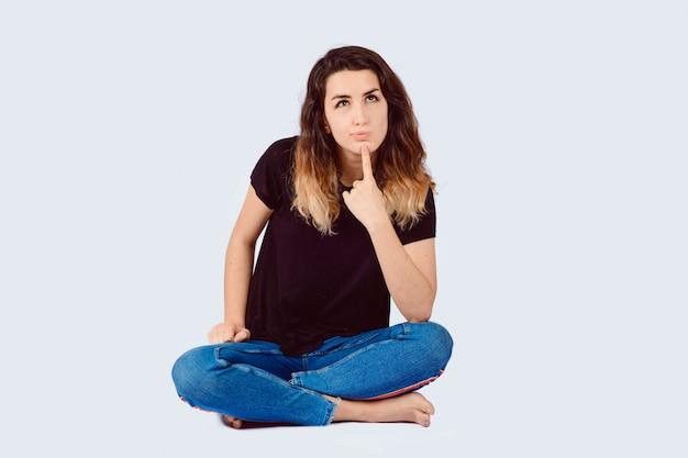Ritratto di pensiero della giovane donna Foto Premium