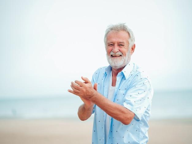 Ritratto di pensione senior uomo sulla spiaggia Foto Premium