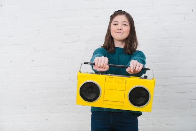 Ritratto di ragazza adolescente con il concetto di musica Foto Gratuite