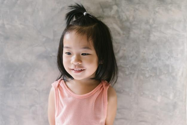 Ritratto di ragazza asiatica carina in piedi Foto Premium