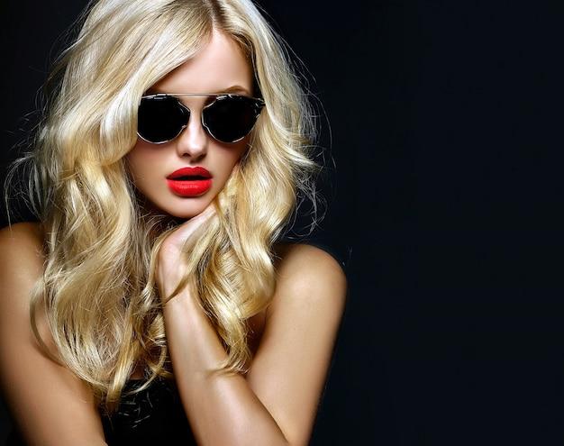 Ritratto di ragazza bella donna bionda carina in occhiali da sole con labbra rosse Foto Gratuite