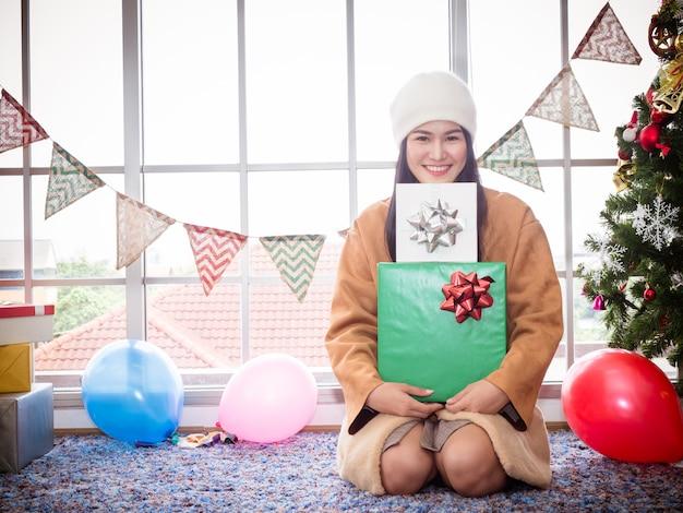 Ritratto di ragazza felice che indossa cappello bianco con scatola regalo Foto Premium