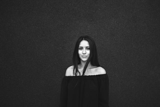 Ritratto di ragazza in bianco e nero Foto Premium