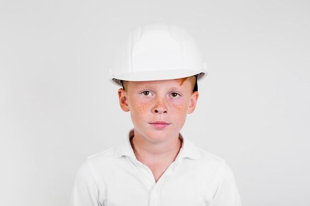 Ritratto di ragazzo carino con casco Foto Gratuite