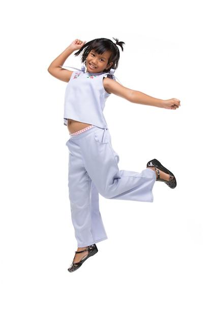 Ritratto di salto asiatico nero del bambino isolato su bianco. Foto Premium