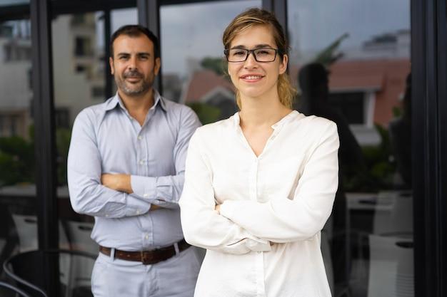 Ritratto di sorridente capo femminile di successo con gli occhiali Foto Gratuite