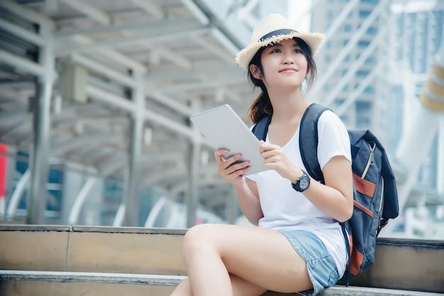 Ritratto di sorridere della ragazza del giovane studente che lavora e che impara sul computer portatile Foto Gratuite