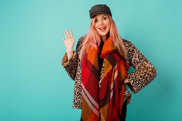 Ritratto di splendida donna con i capelli rosa in elegante cappotto soffice invernale con stampa leopardata Foto Gratuite