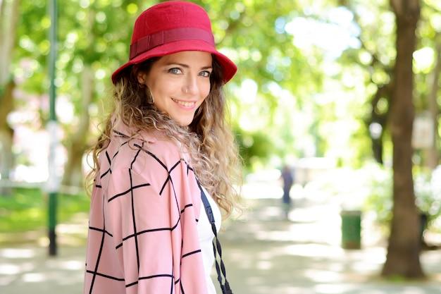 Ritratto di stile di vita all'aperto di donna turistica. Foto Premium