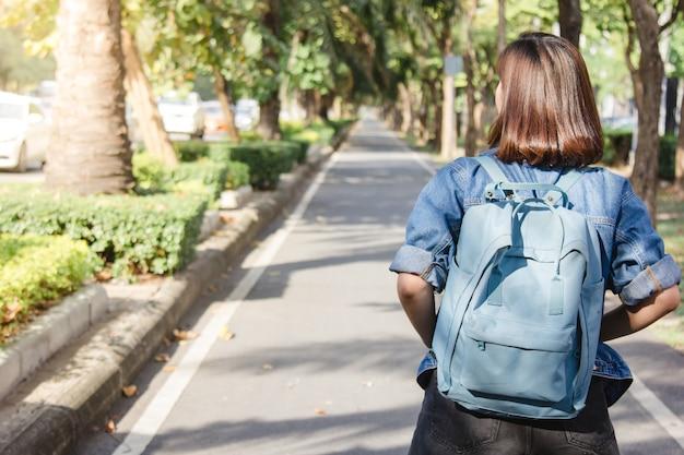 Ritratto di stile di vita di estate di giovane donna asiatica turistica camminando per la strada Foto Gratuite