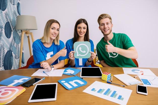 Ritratto di successo del social networking team sul posto di lavoro Foto Gratuite