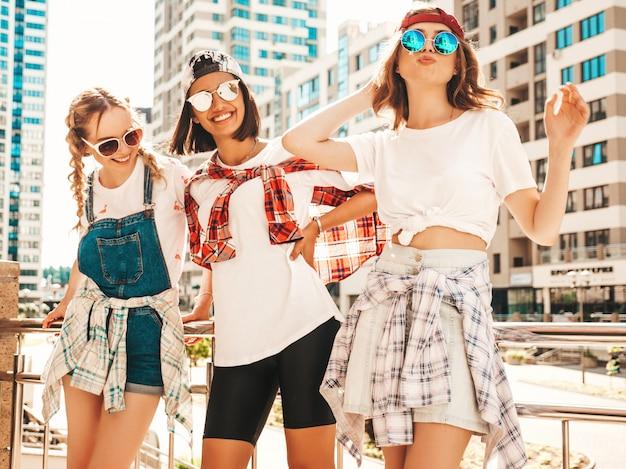 Ritratto di tre giovani belle ragazze sorridenti hipster in abiti estivi alla moda Foto Gratuite