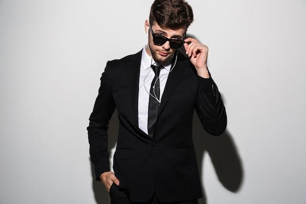 Ritratto di un bell'uomo elegante in giacca e cravatta Foto Gratuite