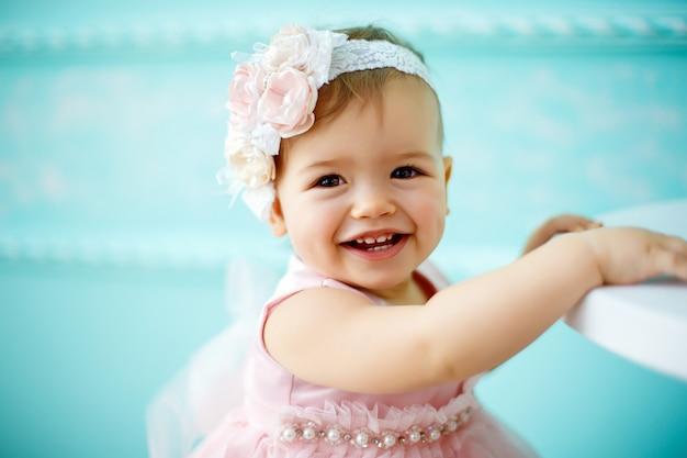 Ritratto di un bellissimo bambino piccolo. avvicinamento Foto Premium