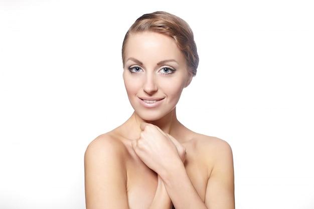 Ritratto di un bellissimo modello femminile sorridente isolato su sfondo bianco stile di capelli ricci trucco luminoso Foto Gratuite