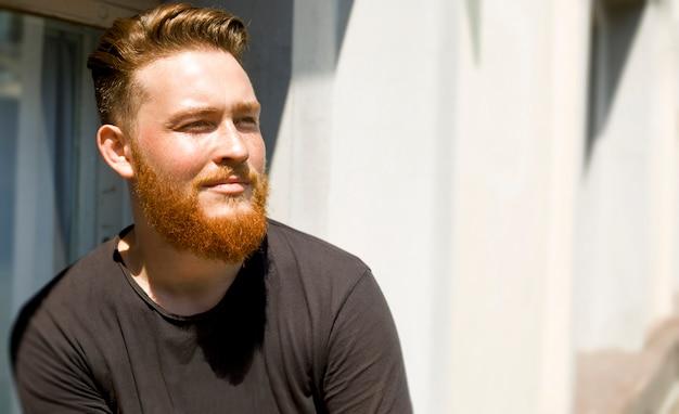 Ritratto di un elegante giovane uomo barbuto rossa. Foto Premium