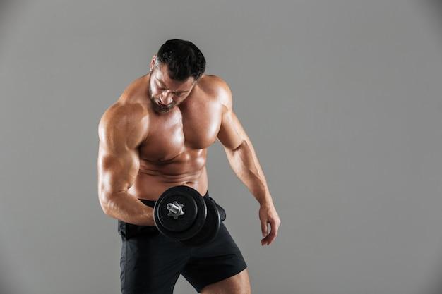 Ritratto di un forte bodybuilder maschio senza camicia Foto Gratuite