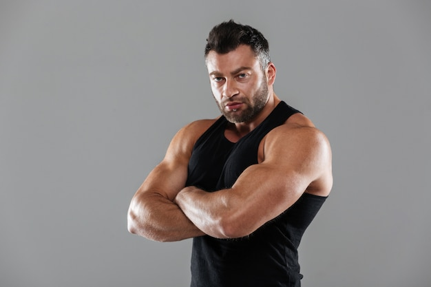 Ritratto di un forte bodybuilder maschio serio Foto Gratuite