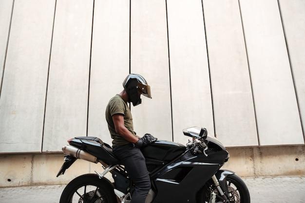 Ritratto di un giovane africano in casco Foto Gratuite